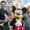 Estrella mexicana visita con su familia al Ratón Miguelito